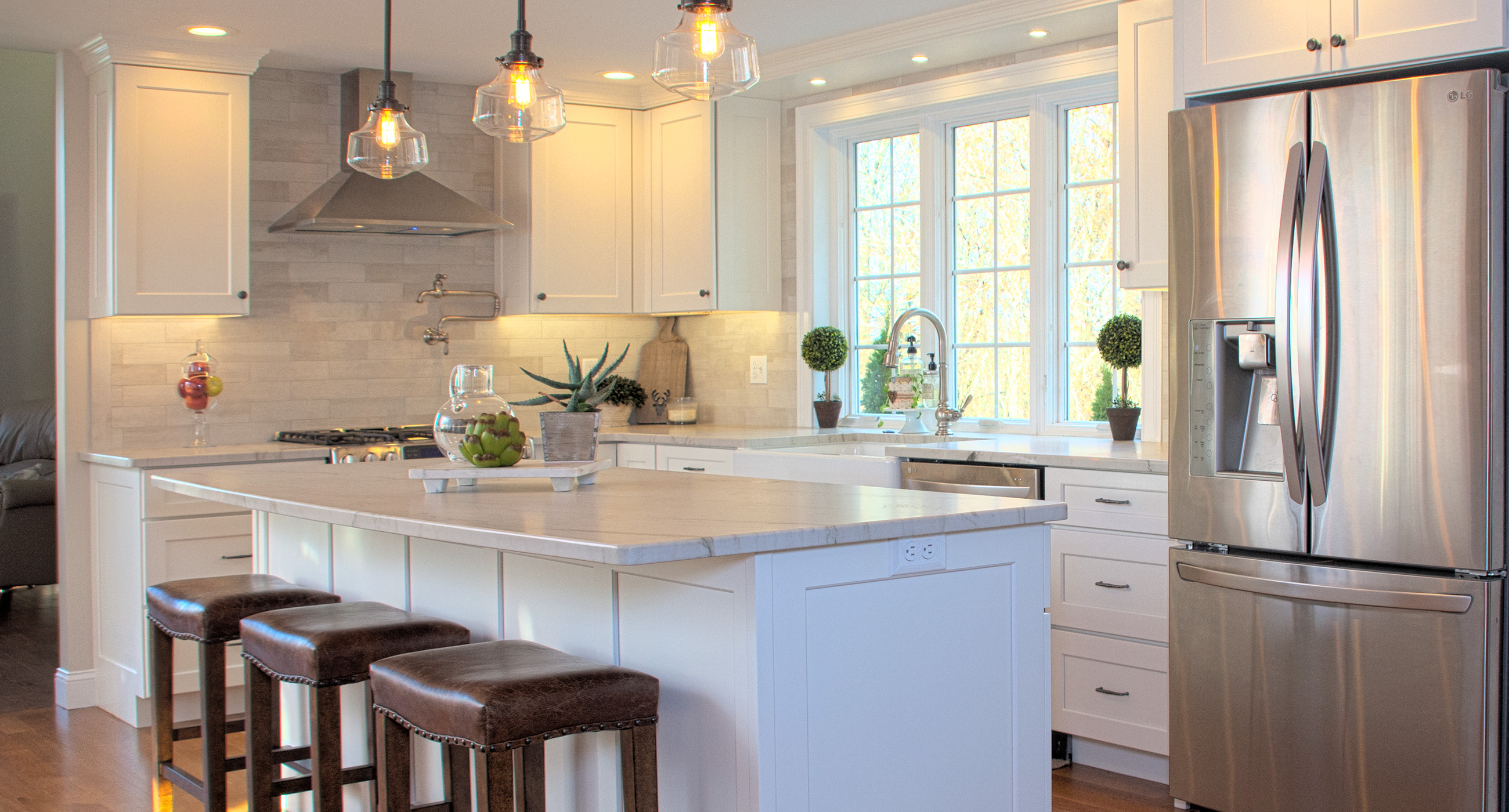 Warm White Kitchen Hardwood Tile Backsplash